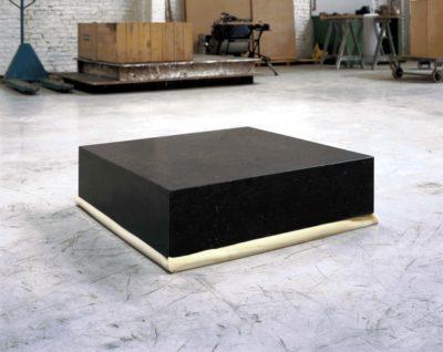 Un bloc de pierre de 80x80x20cm sur un bloc de polyuréthane de 80x80x20cm